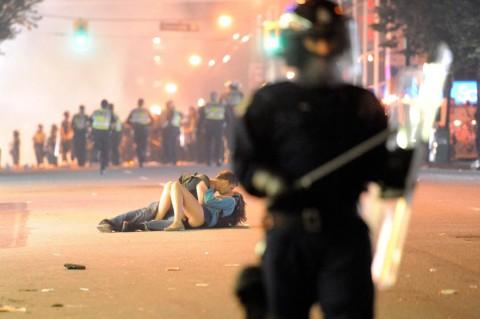 Vancouver-riot-kiss-coupl-001